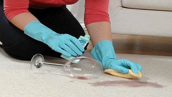 Выведение пятен с ковровой поверхности не всегда может иметь желаемый успех.