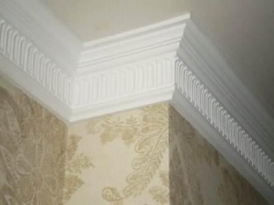 Яркая деталь интерьера – потолочный плинтус
