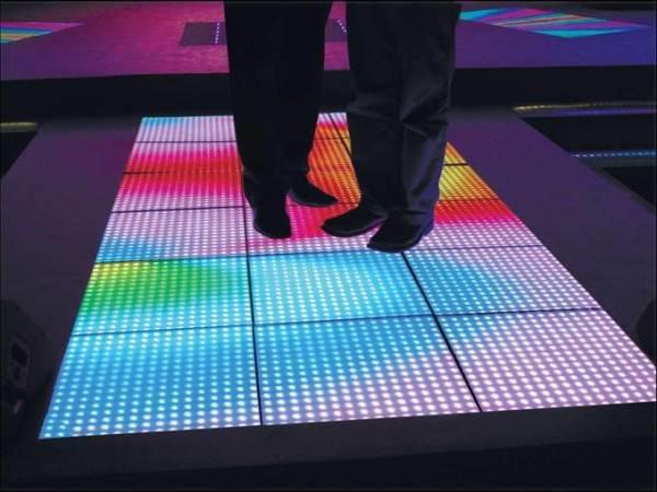 Яркий световой коврик на полу создаст динамическая светодиодная подсветка.