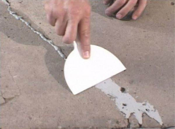 Заделка трещин в бетонных полах с помощью шпателя