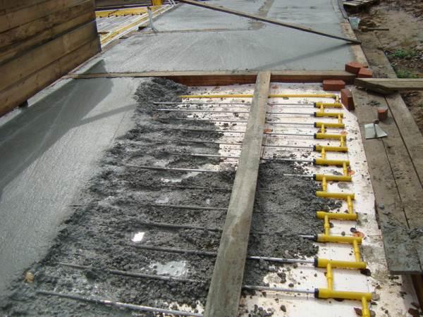 Заливка труб бетоном при строительстве частного дома