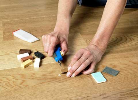 Запаситесь заранее мебельными восками, они вам пригодятся для реставрации покрытия в будущем