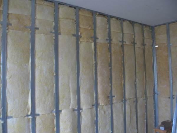 Здесь пример утепления и звукоизоляции стены, инструкция при работе на полу будет аналогична – всё тот же металлический профиль и звукопоглощающий утеплитель