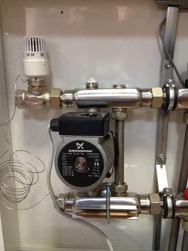 Здесь термоголовка с выносным датчиком использована в узле смешения.